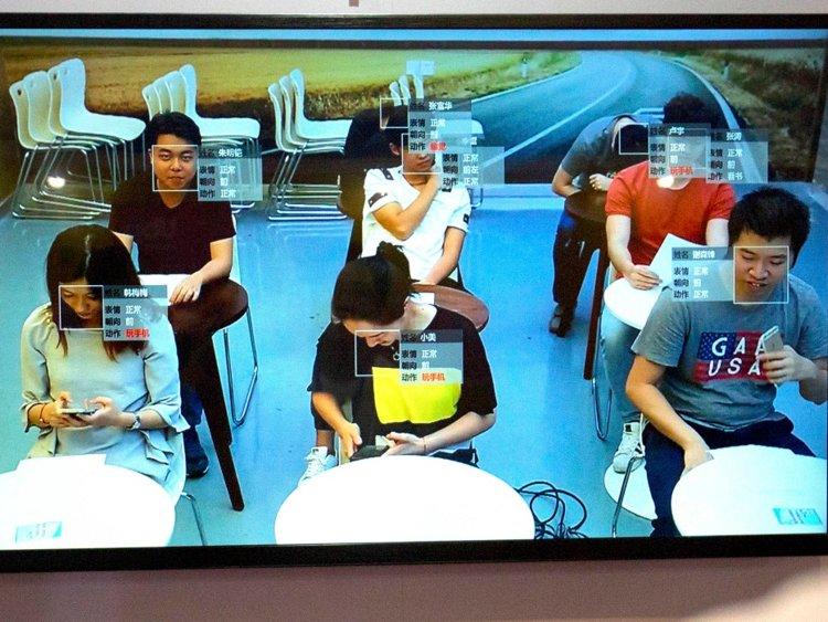 Một lớp học tại Trung Quốc đang sử dụng công nghệ nhận diện khuôn mặt để điểm danh học sinh  được hiển thị qua màn hình TV.